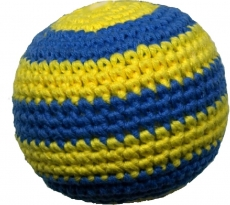 Gehäkelter Ball, gelb/blau